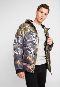 Superdry - CAMO MIX SPORTS PUFFER - Vinterjacka - black camo - 0