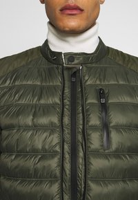 Superdry - COMMUTER QUILTED BIKER - Lehká bunda - army khaki - 5
