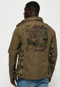 Superdry - MIT TARNMUSTER - Summer jacket - green - 2