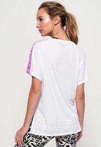 Superdry - CORE - T-shirt z nadrukiem - white - 2
