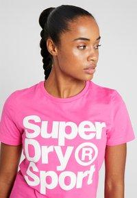 Superdry - HAZARD SPORT TEE - Triko spotiskem - fluro pink - 4