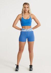 Superdry - SUPERDRY TRAINING CROSS SHORTS - kurze Sporthose - 70s blue - 1