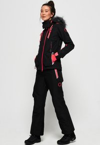 Superdry - ULTIMATE SNOW ACTION - Kurtka narciarska - black - 1