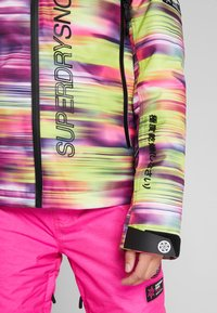 Superdry - SKI RUN JACKET - Kurtka snowboardowa - pink/yellow - 6
