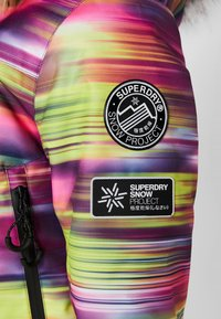 Superdry - SKI RUN JACKET - Kurtka snowboardowa - pink/yellow - 9