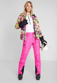 Superdry - SKI RUN JACKET - Kurtka snowboardowa - pink/yellow - 1