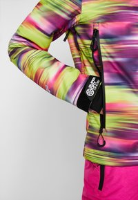 Superdry - SKI RUN JACKET - Kurtka snowboardowa - pink/yellow - 5