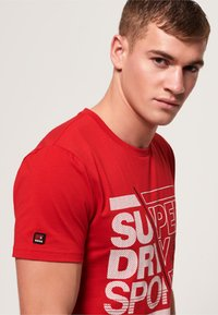 Superdry - CORE - Print T-shirt - red - 3