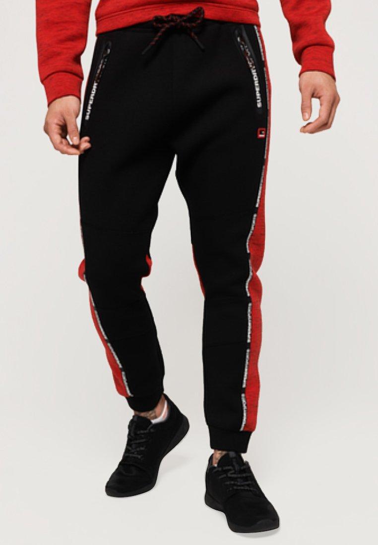 Superdry - GYM TECH - Jogginghose - black/red