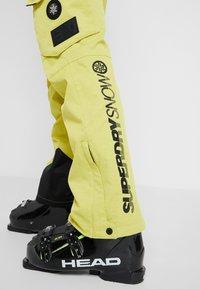 Superdry - ULTIMATE SNOW RESCUE PANT - Pantalon de ski - sulpher yellow - 4