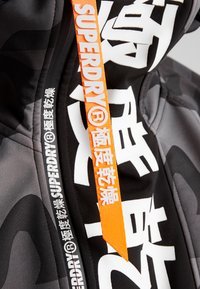 Superdry - SNOW TECH JAPAN EDITION HOOD - Softshelljacke - flat black - 8
