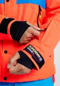 Superdry - MOUNTAIN JACKET - Kurtka narciarska - hazard orange/acid cobalt - 4