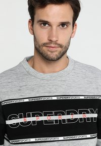 Superdry - GYM TECH - Sweatshirt - city grey granite/black - 3