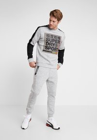 Superdry - GYMTECH COLOURBLOCK CREW - Sweatshirt - light grey marl/black - 1