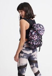 Superdry - SUPERDRY CONVERTIBLE SPORT BACKPACK - Reppu - ink ticking - 1