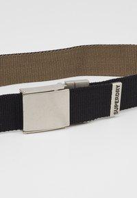 Superdry - REVERSIBLE BELT - Belt - black/khaki - 2
