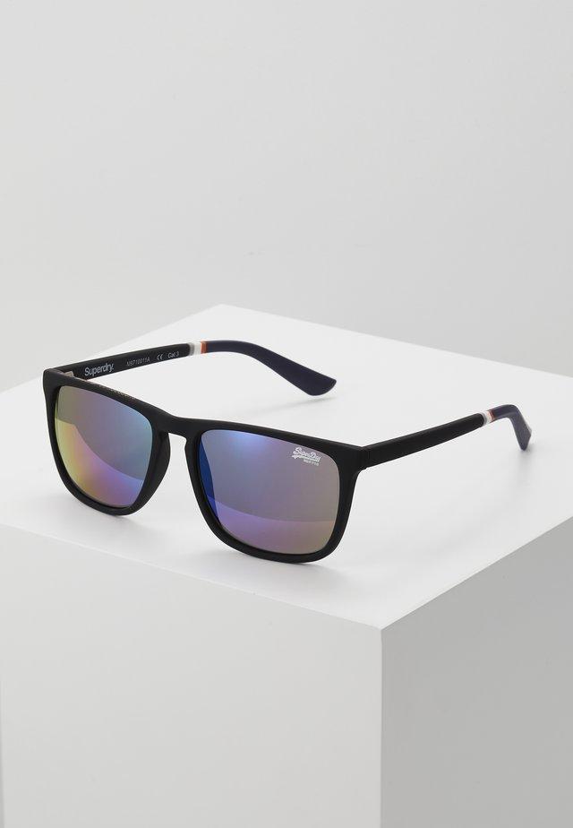 ALUMNI - Sluneční brýle - rubberised black/triple fade mirror