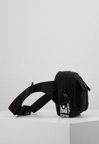 Superdry - SCHOLAR UTILITY PACK - Ledvinka - black - 4