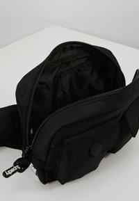 Superdry - SCHOLAR UTILITY PACK - Ledvinka - black - 5