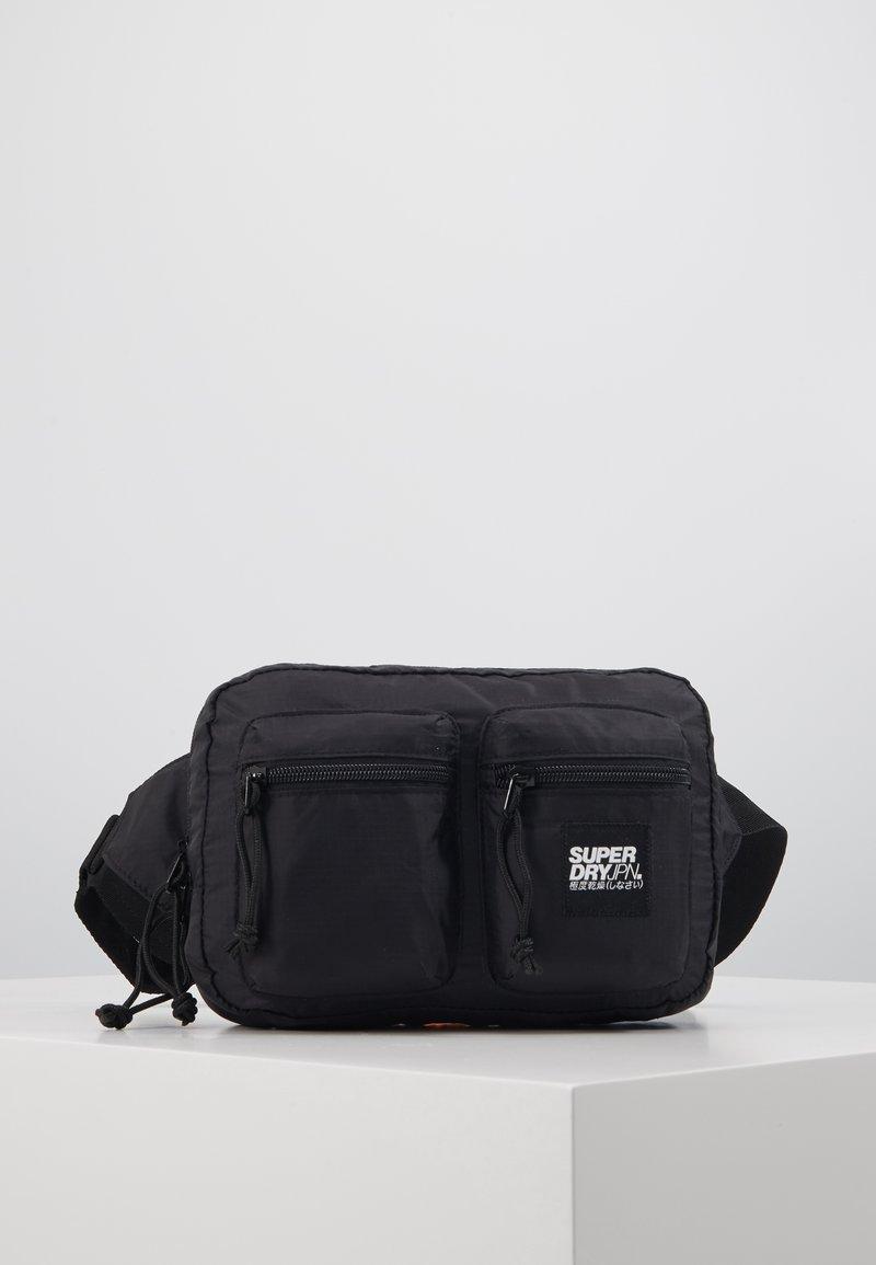 Superdry - UTILITY PACK - Rumpetaske - black