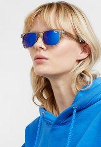 Superdry - SUPERFARER - Gafas de sol - gloss grey crystal/blue revo - 3