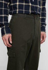 Suit - Pantaloni cargo - forrest green - 4