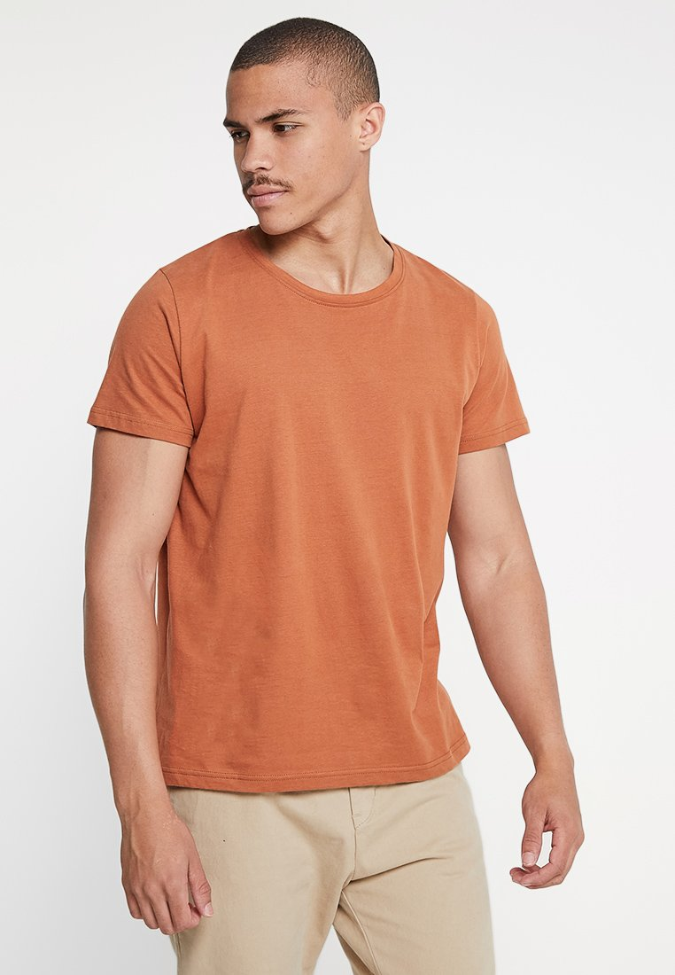 Suit - ANTON - T-Shirt basic - golden brown