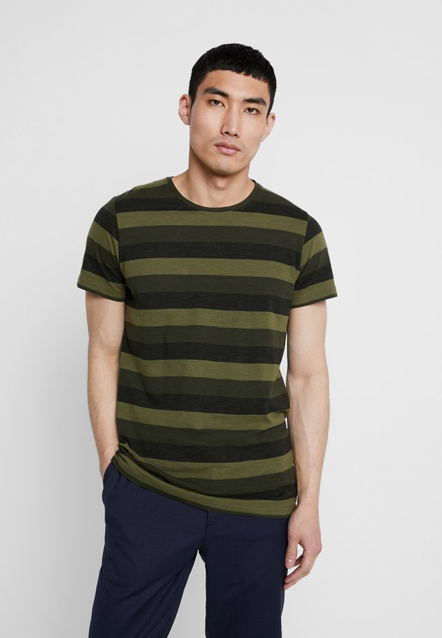 HARRY - T-shirt med print - forrest green