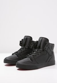 Supra - VAIDER CLASSIC - Sneakersy wysokie - black/red - 2