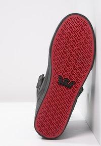 Supra - VAIDER CLASSIC - Sneakersy wysokie - black/red - 4