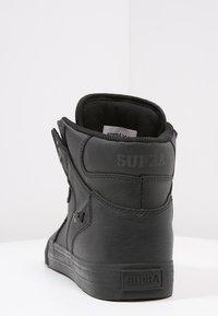 Supra - VAIDER CLASSIC - Sneakersy wysokie - black/red - 3