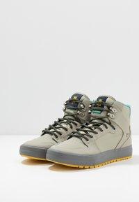 Supra - VAIDER COLD WEATHER - Skateschoenen - stone/dark grey/dandelion - 2