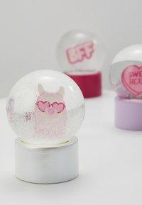 Sunnylife - MINI GLOBES 3 PACK - Juguete - pink - 2