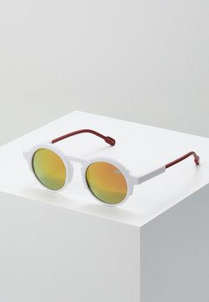 Sunglasses - matt white/red revo