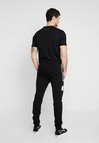 Supply & Demand - FORTUNE  - Teplákové kalhoty - grey/black - 2