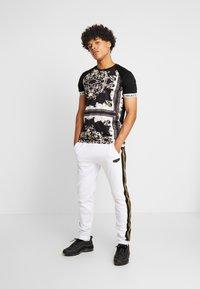 Supply & Demand - SLAB - Teplákové kalhoty - black/white - 1