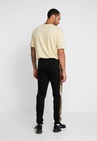 Supply & Demand - SLICK JOG - Tracksuit bottoms - black/gold - 2