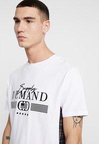 Supply & Demand - PANEL CHECK TEE - Print T-shirt - white - 3