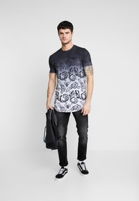 Supply & Demand - DÉCOR - Print T-shirt - black/white fade - 1