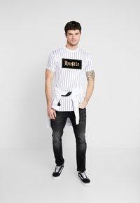 Supply & Demand - QUEST - T-shirts print - white - 1