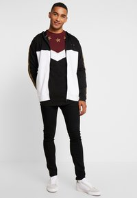 Supply & Demand - BRIGHT  - Triko s potiskem - burgundy/white/black - 1