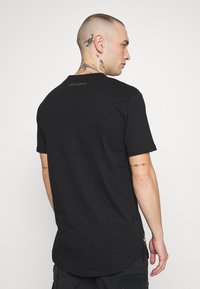 Supply & Demand - POWER CURVE HEM WITH CHEST  - T-shirt z nadrukiem - black/gold - 2