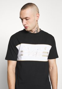 Supply & Demand - POWER CURVE HEM WITH CHEST  - T-shirt z nadrukiem - black/gold - 3