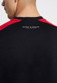 Supply & Demand - SECTOR CREW - Camiseta de manga larga - black/red/white - 6