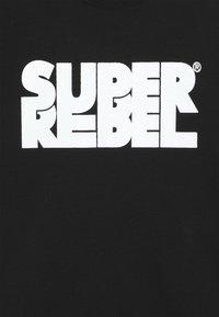 SuperRebel - BOYS - Triko spotiskem - black/white - 4