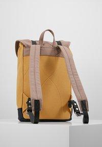 Sandqvist - STIG - Batoh - multi earth brown/honey yellow/navy - 2