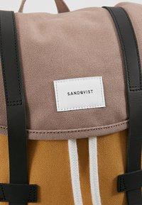 Sandqvist - STIG - Batoh - multi earth brown/honey yellow/navy - 7
