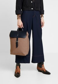 Sandqvist - ALVA  - Reppu - earth brown/navy - 1