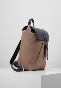 Sandqvist - ALVA  - Reppu - earth brown/navy - 3