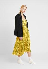 Stella Nova - MILO 2-IN-1 - Denní šaty - yellow/black - 1